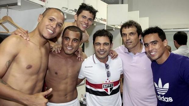 Zezé di Camargo visita o vestiário do São Paulo (Foto: Miguel Schincariol / saopaulofc.net)