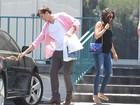 Ashton Kutcher ajuda Mila Kunis com sacolas em dia de compras