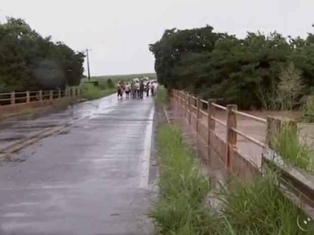 Ponte em Palmares Paulista chegou a ser interditada (Foto: Reprodução/TV TEM)