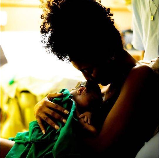 Sheron Menezzes e o pequeno Benjamin, em foto que anunciou seu nascimento (Foto: Reprodução Instagram)