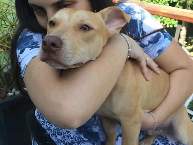 Milena e o cachorro Apolo que já foi hóspede e hoje é morador oficial da casa (Foto: Karina Godoy/G1)