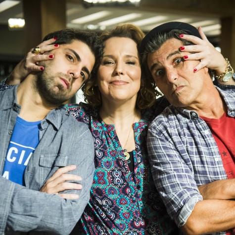 Ana Beatriz Nogueira, Gabriel Louchard e Evandro Mesquita nos bastidores de 'Rock story' (Foto: TV GLOBO/João Miguel Júnior)