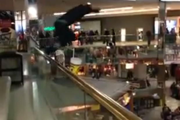Jovem saltou de pouco mais de 10 m em shopping... (Foto: Reprodução)