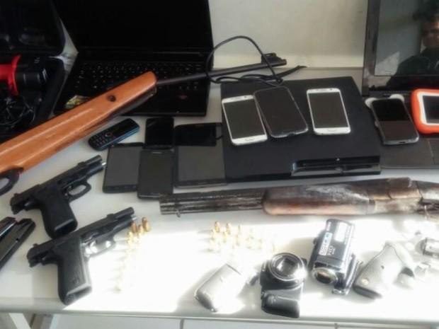 Armas e munições apreendidas com trio em casa em São José do Rio Pardo (Foto: Polícia Militar/ Divulgação)