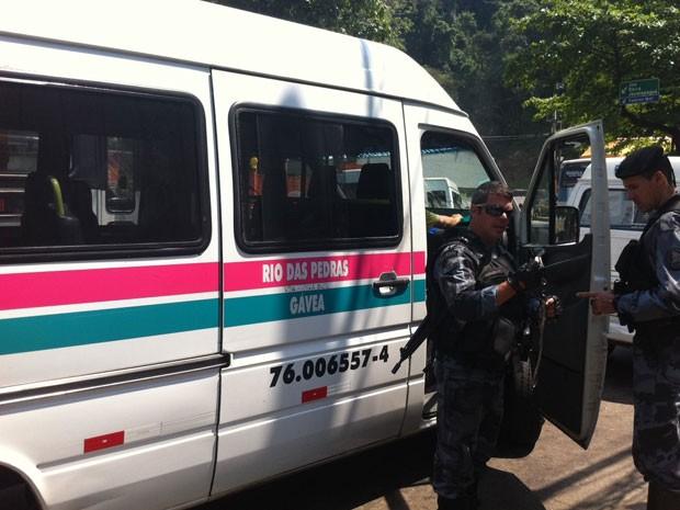 Vans foram apreendidas por policiais na Rocinha nesta manhã de terça-feira(18) (Foto: Cristiane Cardoso/G1)