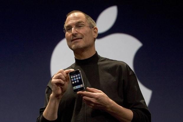 Steve Jobs e o primeiro iPhone, em 9 de janeiro de 2007 (Foto: David Paul Morris/Getty Images)