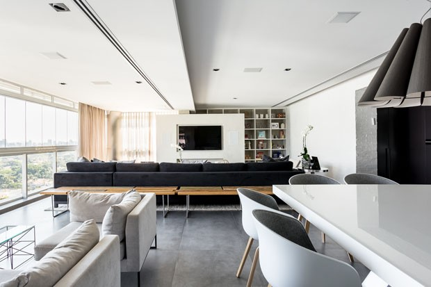 Contraste preto e branco dá tom descontraído à apartamento (Foto: Ricardo Bassetti/Divulgação)