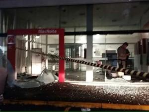 Bandidos utilizaram explosivos para arrombar os caixas eletrônicos (Foto: Bil Douglas Oliveira/Divulgação)