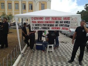 Concursados prometem fazer greve de fome e só deixar o Palácio da Redenção quando forem recebidos (Foto: Walter Paparazzo/G1)