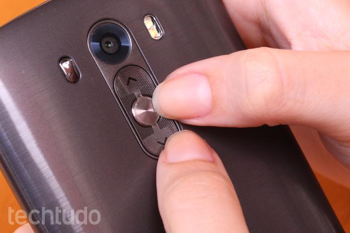 Pressione os dois botões por alguns segundos (Foto: Lucas Mendes/TechTudo)