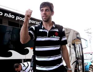 Juninho Pernambucano no desembarque do Vasco em Macaé (Foto: Marcelo Sadio / Site Oficial do Vasco da Gama)