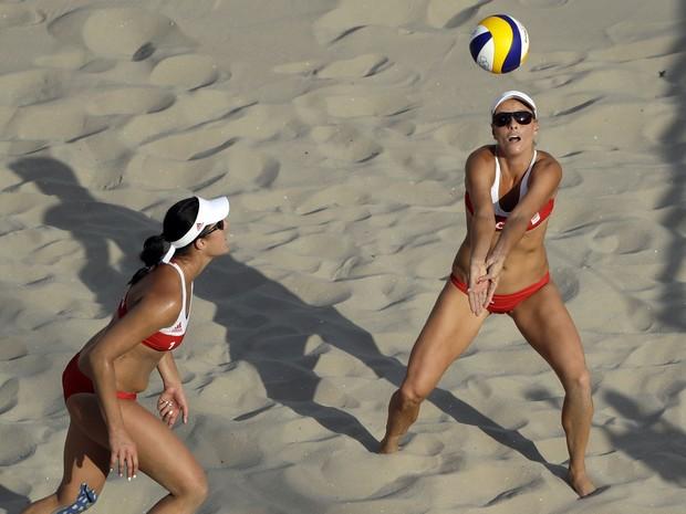 Hermannova e Slukova foram duramente vaiadas durante estreia contra brasileiras (Foto: Marcio Jose Sanchez/AFP)