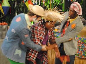 Ferida, Coxinha é ajudada por Fôjo e Kiko (Foto: Malhação / Tv Globo)