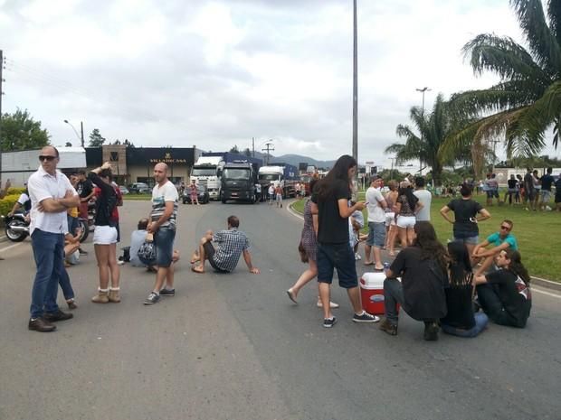 Manifestantes protestam em apoio aos caminhoneiros (Foto: Marina Dalcastagne/RBS TV)