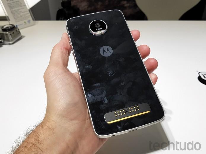 Traseira do Moto Z Play tem conector para módulos adicionais, como de bateria extra ou projetor (Foto: Thássius Veloso/TechTudo)