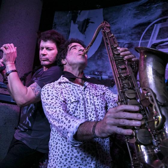 Para a noite de encerramento Paulo Ricardo convidou George Israel, saxofonista e violonista do Kid Abelha (Foto: Isabella Pinheiro)