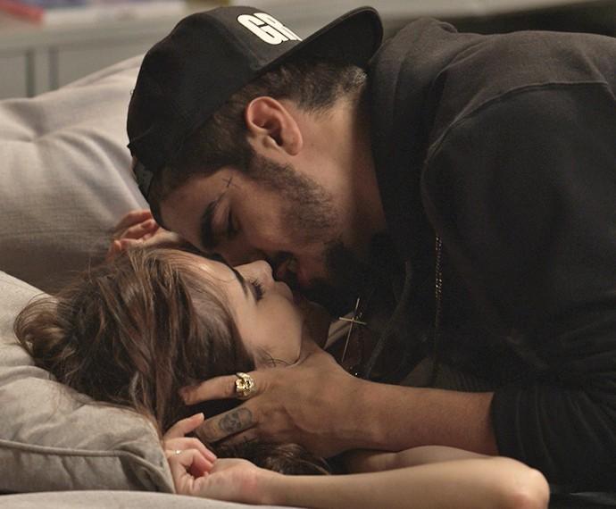 Margot e Grego namoram no sofá (Foto: TV Globo)