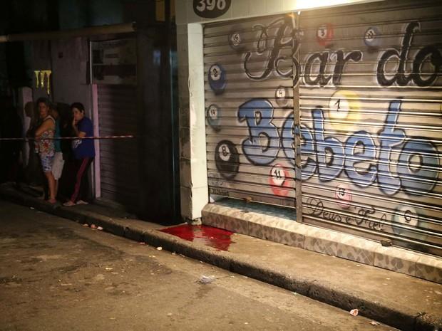 Quatro pessoas foram mortas e uma ficou ferida após ataque a um bar na Rua Domingos de Abreuna no bairro da Vila Galvão, em Guarulhos, SP, na madrugada deste sábado (2) (Foto: Edison Temoteo/Futura Press/Estadão Conteúdo)