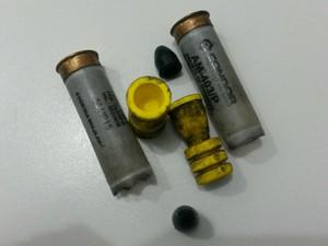 Fragmentos da bala de borracha usada para conter os detentos amotinados em Buritis, RO. (Foto: Fernando Moreira/Buritis News)