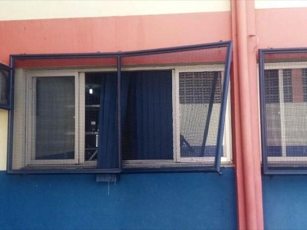 Criminosos quebraram grade de janela para invadir escola, no ES (Foto: Reprodução/TV Gazeta)