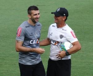 """Pratto intriga jornalistas com """"abraço de despedida"""" em Chiquinho (Foto: Maurício Paulucci)"""