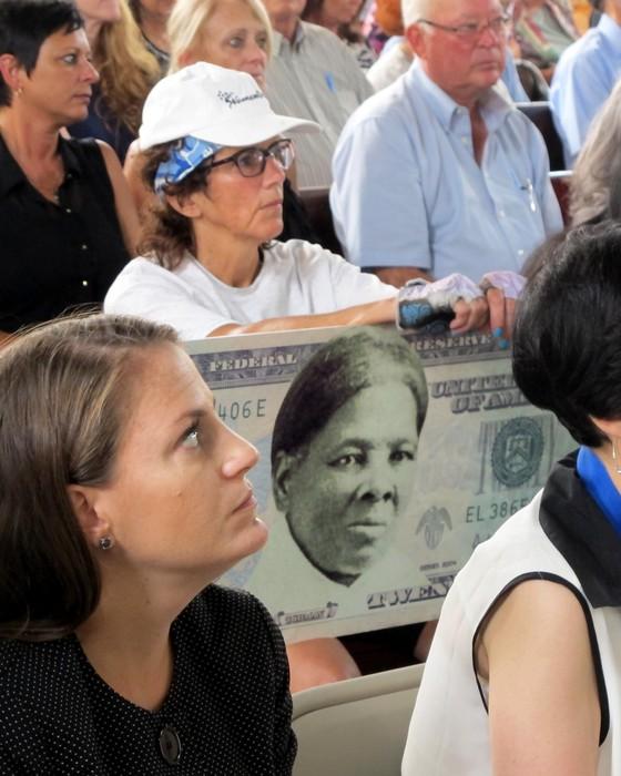 Ativistas pediam desde o começo de 2015 que Tubman fosse colocada na nota de US$ 20 no lugar de Andrew Jackson - acima, uma mulher no estado de Nova York, segura montagem projetando a mudança (Foto: ASSOCIATED PRESS/ AP)