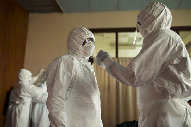 Médicos de Serra Leoa vestem roupas protetoras em Freetown, Serra Leoa (Foto: BAZ RATNER/Reuters)