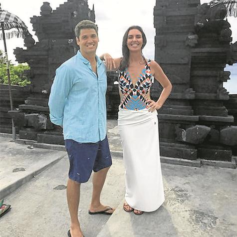 Marcelo Courrege e Glenda Kozlowski no Templo Uluwatu, em Bali (Foto: TV Globo)