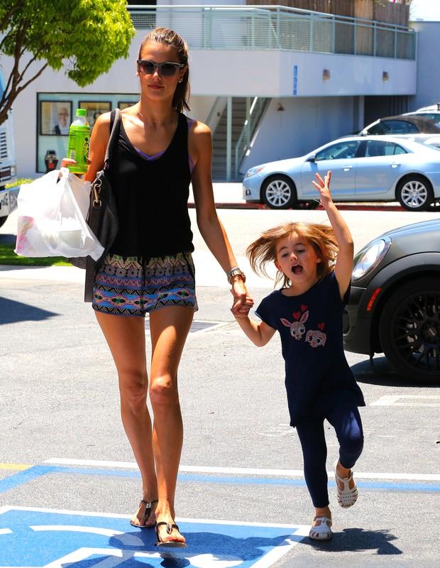Alessandra Ambrósio com a filha Anja em Los Angeles, nos Estados Unidos (Foto: X17/ Agência)