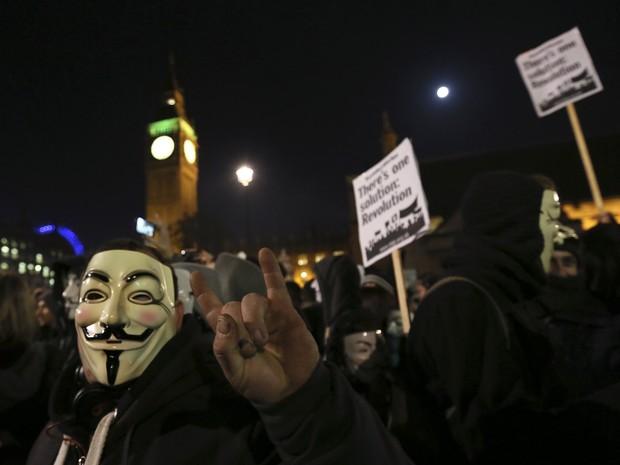 Ativista com máscara tradicional do grupo Anonymous durante protesto em Londres nesta quarta-feira (5) (Foto: Paul Hackett/Reuters)