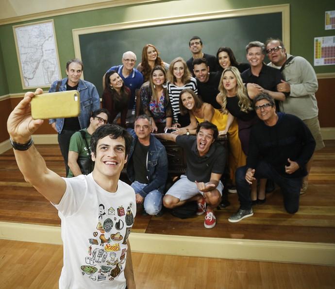 Mateus Solano faz 'selfiezona' com equipe e elenco da Escolinha (Foto: Raphael Dias/Gshow)