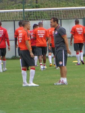 D'Ale conversa com Dunga no treino do Inter (Foto: Tomás Hammes / GLOBOESPORTE.COM)
