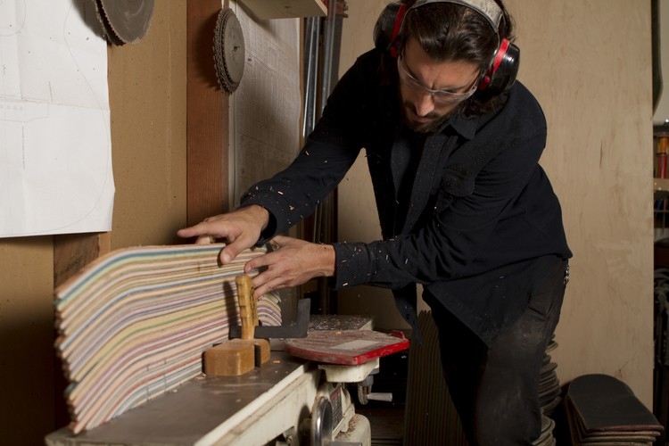 Processo de produção das guitarras feitas por Nick Pourfard com skate (Foto: reprodução)