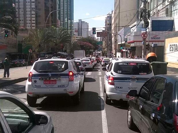 Táxis circulam no Centro de Campinas (Foto: Robson Costa)