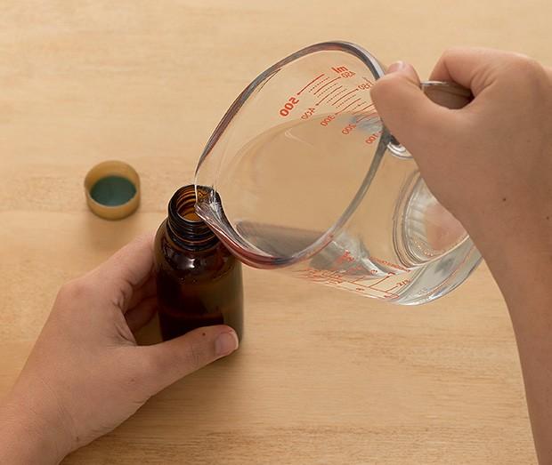 3. Despeje a mistura nos frascos. Dica: reutilizamos embalagens de vidro de 100 ml, mas você pode comprar potinhos de plástico também. (Foto: Bruno Marçal/Editora Globo)