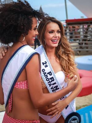 Francielli recebe a faixa de Nicole Santiago, segunda princesa em 2014 (Foto: Jefferson Bernardes/Agência Preview)