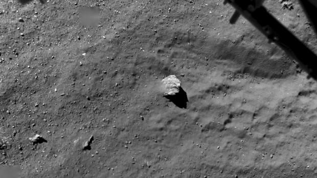 Imagem fiet aem novembro de 2014 mostra a superfície do cometa fotografada a uma altitude de 67,4 metros, quando o robô Philae estava descendo para a superfície do cometa  (Foto: ESA/Rosetta/Philae/ROLIS/DLR via AP)