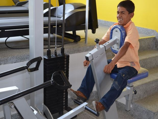 Santiago não consegue apoiar as mãos e os pés no aparalho (Foto: Fredson Navarro / G1)