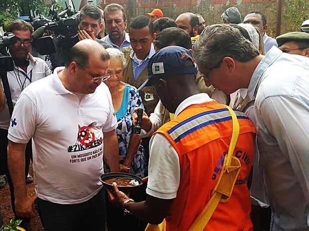 O presidente do Banco Central, Alexandre Tombini, olha prato de vaso de planta com água acumulada em casa em Brazlândia, no Distrito Federal (Foto: Raquel Morais/G1)