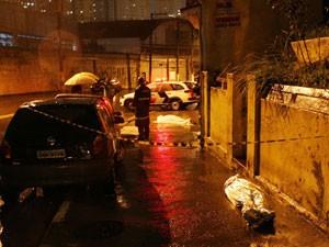 Duas pessoas morreram vítimas da chuva na Rua Vergueiro, no sábado (09) (Foto: Edison Temoteo/Futura Press/Estadão Conteúdo)