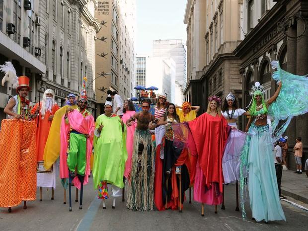 Ala dos Pernas de Pau abre o cortejo do Monobloco pela Rua Primeiro de Março (Foto: Alexandre Durão/G1)