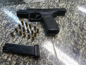 Pistola foi apreendida após troca de tiros (Foto: Divulgação/PM)