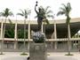 Estátua de Bellini, em frente ao Maracanã, amanhece pichada