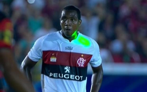 Renato Abreu é alvo de lase no jogo contra o Campinense (Foto: Reprodução SporTV)