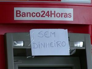 Caixas eletrônicos estão sem dinheiro no Recife (Foto: Reprodução/TV Globo)
