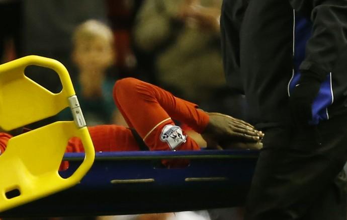 Origi sai de maca após sofrer lesão grava em partida do Liverpool contra o Everton, pelo Campeonato Inglês (Foto: Reuters)