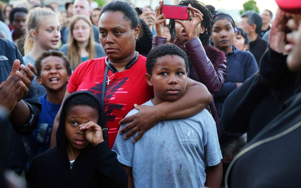 Florida Carroll, irmã de Charleena Lyles, participa de vigília do lado de fora do prédio onde a jovem morava e foi morta por policiais no domingo (18), em Seattle (Foto: Genna Martin/seattlepi.com via AP)