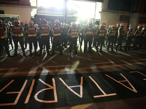 Policiais em frente ao portão do Palácio dos Bandeirantes (Foto: Marcelo Brandt/G1)