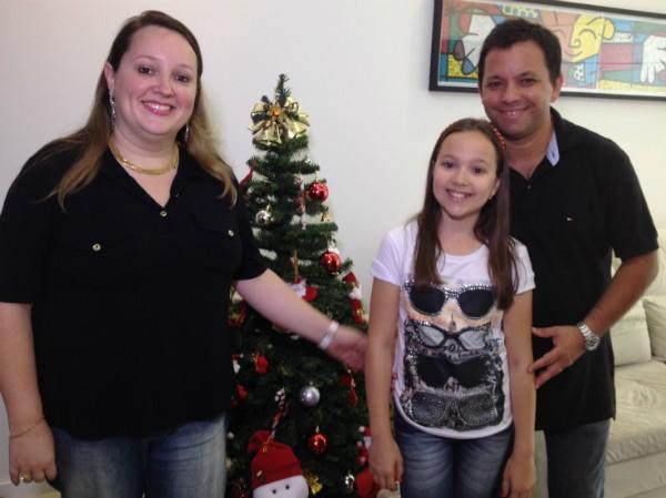 Família abre as portas para mostrar montagem de árvore de Natal (Foto: Sonia Campos/RBS TV)
