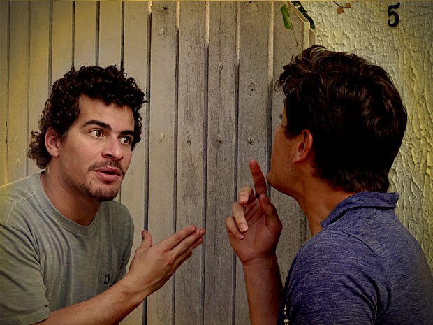 Roni e Leandro tentam elaborar um plano (Foto: Avenida Brasil / TV Globo)